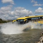 Sárga busz hajókürttel