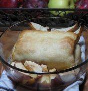 Camembert pongyolában, sült őszi gyümölcsökkel