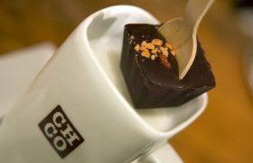 Forró csoki kanállal