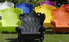 Luxus a kertben: királynői fotel műanyagból