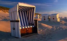 Szeles tengerpart csíkos romantikával