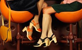 Mustra: Női lábak kopogó facipőkben