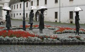 Kire várnak az esernyős hölgyek?