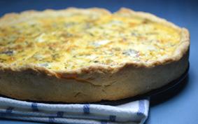 Camembertes-márványsajtos-hagymás quiche