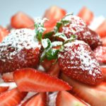 Édes április: csokitorta tejszínnel és friss eperrel