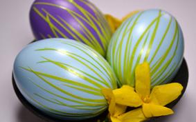 Húsvét: fűszálakkal díszített tavaszi tojás
