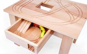 Örök gyermekkor: végtelen sínek az asztalon