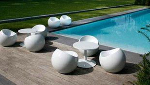 Labdának tűnő szék a kertben – Ball Chair
