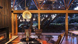 Új-Zélandi romantika: erdei ház a pohutukawák között