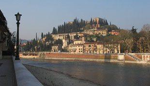 Verona: a barna tetős város az erkélyen túl