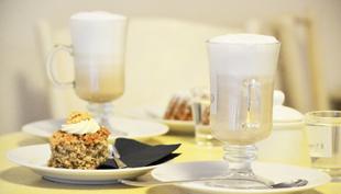 La Delizia: kávézó hófehér székkel és isteni kekszekkel