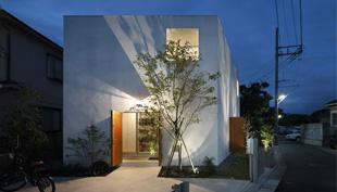 Sziget a nagyvárosban: a ház körül ház formájú kerítés