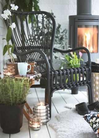 Kényelmes, fekete, rattan fotel svéd tervezőtől