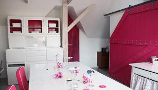 Fehér-rózsaszín tetőtér: Panyi Zsuzsi műhelye
