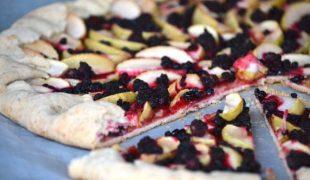 Édes nyár: almás galette bodzabogyóval és szederrel