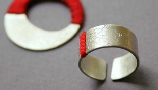 Szerelem első látásra és örökre: ezüst-piros ékszer