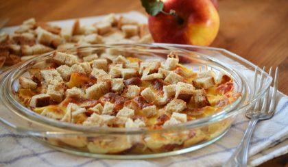 Sajtban sült alma és szalonna rozskenyér croutonnal