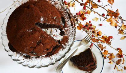 Házi csokitorta lekvárral, csokimázzal és kakaóval