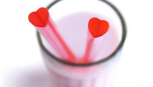 Februári romantika: piros, szív alakú szívószál