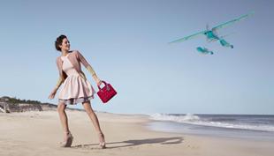 Online kiállítás reklámfotókból – fókuszban a táska