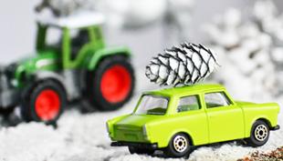 Karácsony: havas mesevilág traktorral és Trabanttal