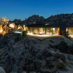 Minimalista fekete ház a Mojave sivatagban