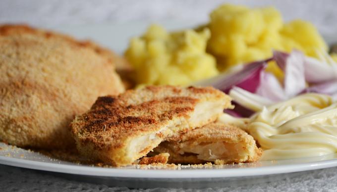Tökéletes ebéd: Rántott zeller majonézzel, lilahagymával és tört krumplival (Fotó: Myreille)