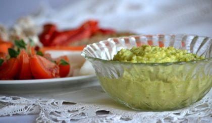 Gyors vacsora főzés nélkül: guacamole és a zöldségek