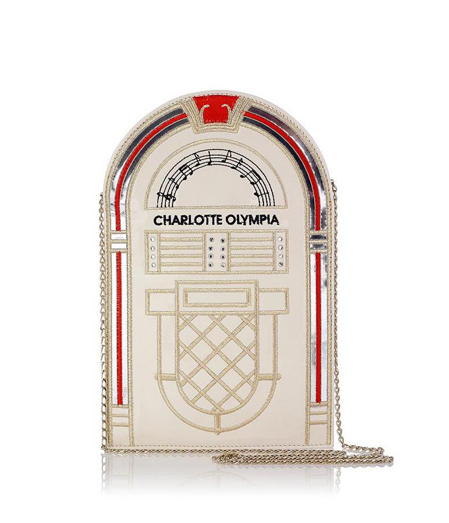 Zenedoboz táska, ami hivatalos definíció szerint marshmallow fehér/Design: Charlotte Olympia