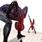 Szobrok: színes kábelekkel, térben rajzol emberek