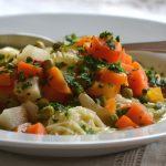 Tavaszi leves zöldségekkel és egy fej fokhagymával