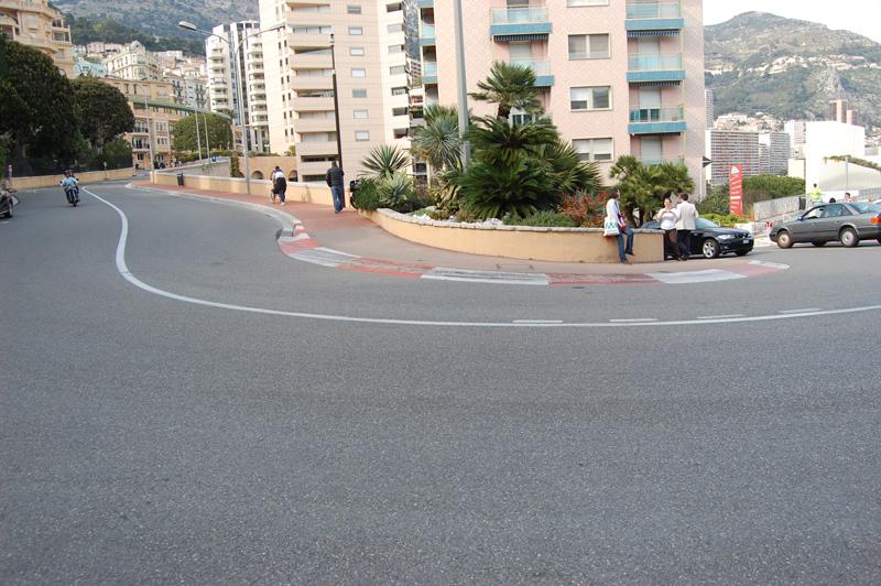 A Forma-1-es pályák leglassúbb kanyarja, a hajtűkanyar Monacoban. De inkább a táskát figyeld! (Fotó: Kisan, 2014)