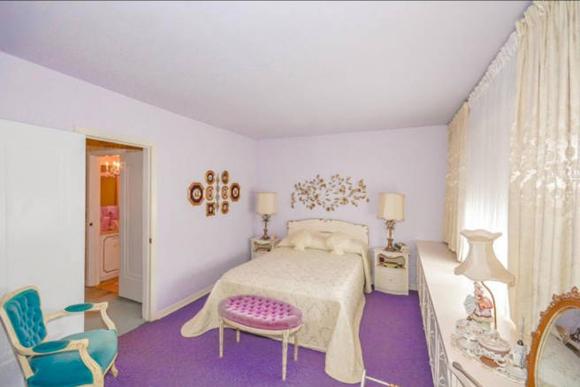 Hálószoba sok fehérrel és színes foltokkal