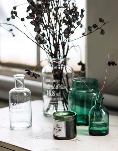 Az üvegvázák és -tárolók régi üvegekre emlékeztetnek/Design és fotó: H&M Home