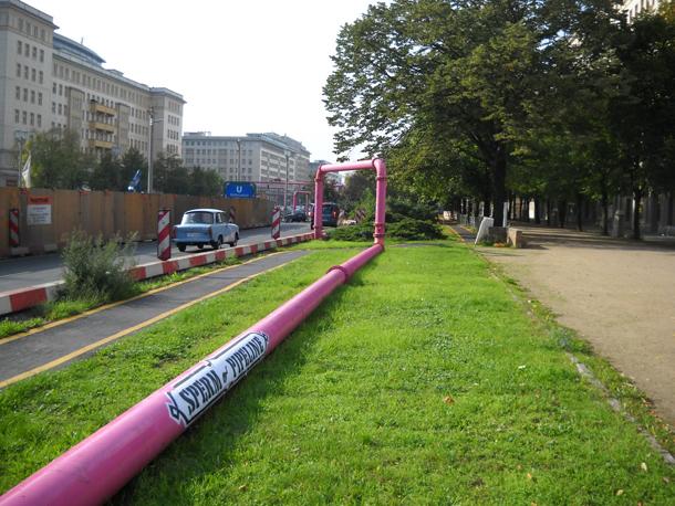 Rózsaszín vezeték Berlinben (Fotó: jamesberlin-whatintheworld)