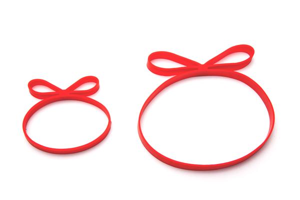 Kétféle méretben készül a piros, masnis gumi/Design: Monkey Business