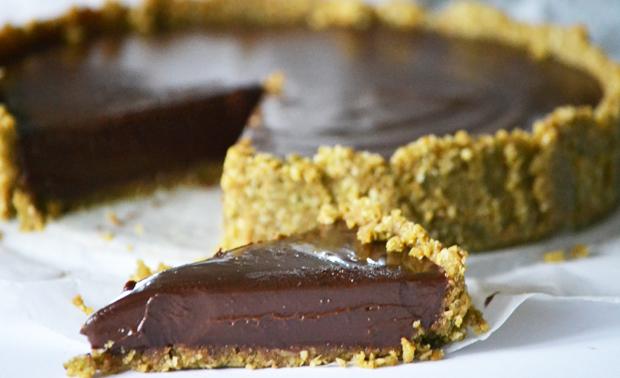 A világ legjobb sütés nélküli csokitortája: ropogós, amarettos tészta és dús, selymes csokikrém (Fotó: Myreille)