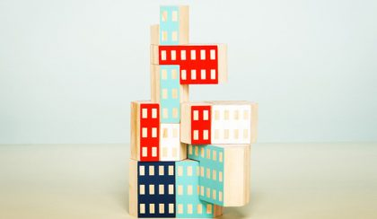 Játék: toronyházak kézzel festett fakockákból