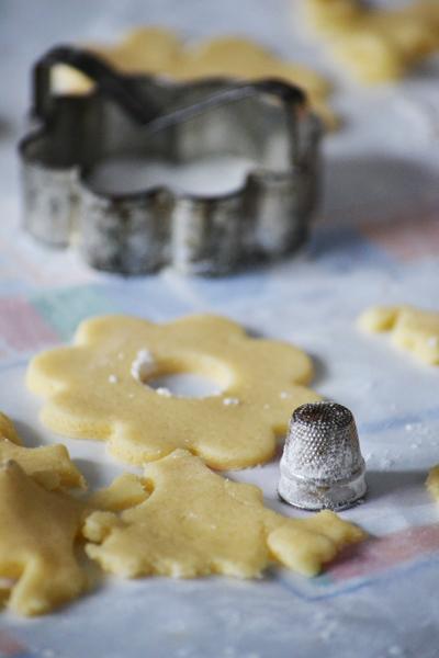 Linzerkarikát sütök, elővettem nagymamám régi sütiszaggatóját és gyűszűjét. (Fotó: Myreille)