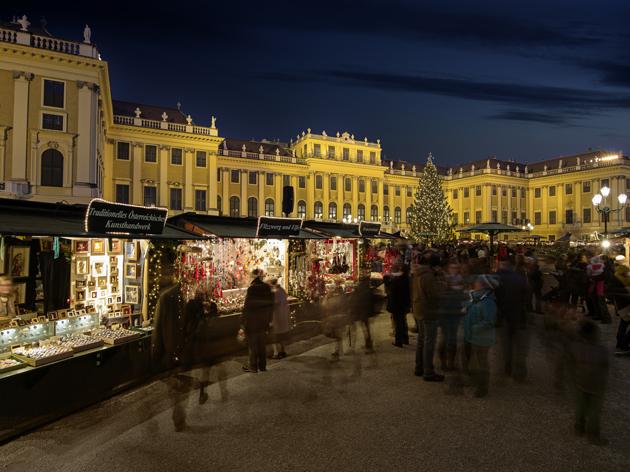 Kulturális és karácsonyi vásár a Schönbrunni kastély udvarán/Fotó: WienTourismus / Christian Stemper