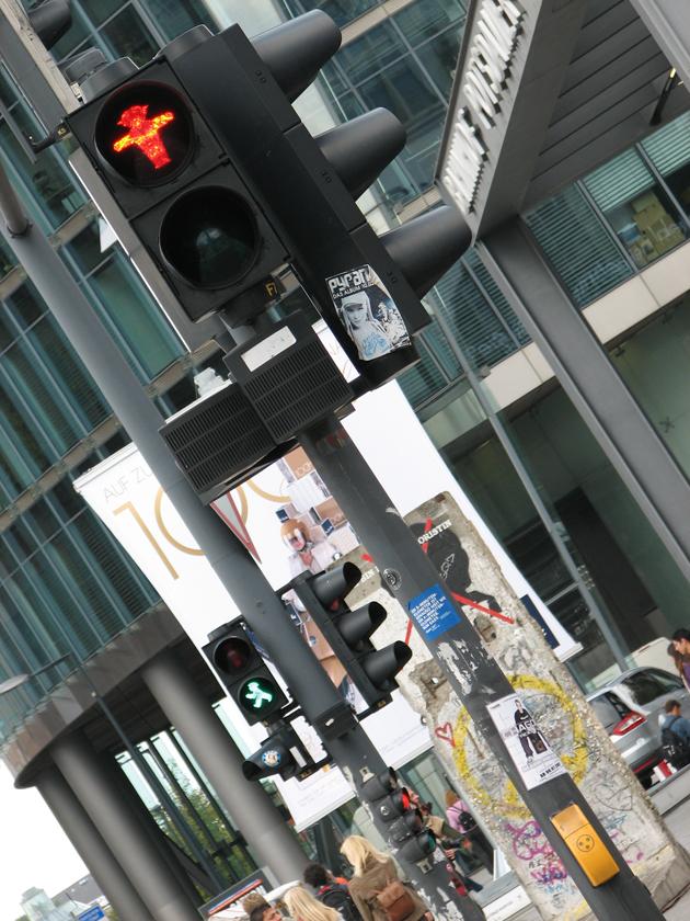 Lámpák a zebránál, Berlin (Fotó: Myreille)