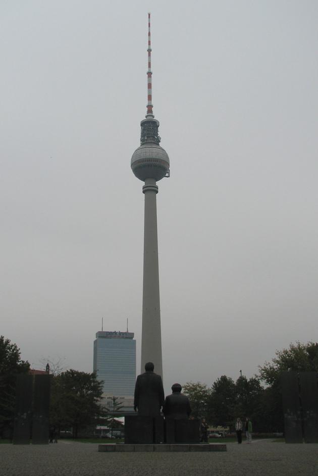 368 méteres tévétorony valamint Marx és Engels háta, Berlin (Fotó: Myreille)