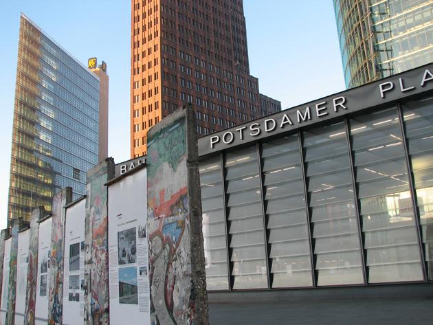 Az elmúlt 25 évben Berlin belakta a fal okozta sebhelyet, már csak egy vékony vonal és néhány falrészlet mutatja, milyen volt a szétszakított város (Fotó: Myreille)