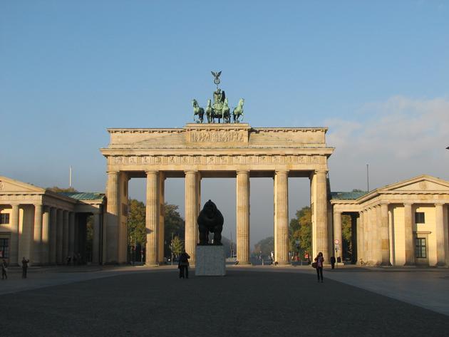 Brandenburgi kapu (Brandenburger Tor) és előtte Botero szobra, Berlin, 2007 (Fotó: Myreille)