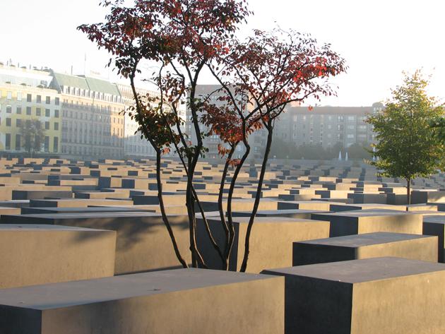 Holokauszt-emlékmű (Denkmal für die ermordeten Juden Europas), Berlin. Az 19.000 m²-es jelképes sírkert tömbjei a felszínen egy síkban látszanak, ám a köztük lévő utak hol mélyebbek, hol magasabbak. Felkavaró közöttük sétálni. (Fotó: Myreille)