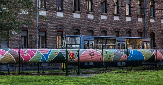 Részlet a 200 m hosszú színes távhővezetékről (fotó: Farkas András)