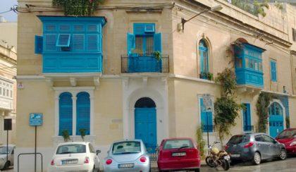 Máltán már az ablakokat is moksha-kékre festik!