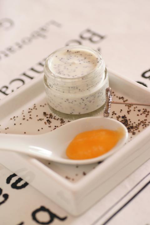 Mákos-joghurtos arcradír/Fotó és recept: Natúrkozmetikumok című könyv