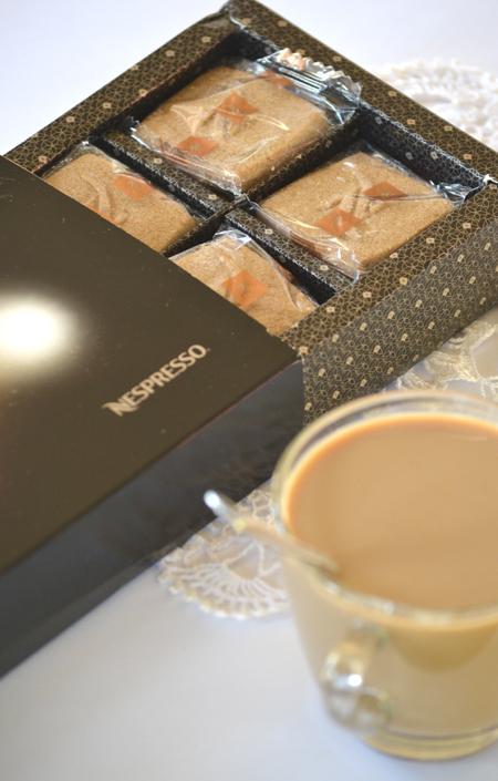 A Speculoos Limited Edition kekszekkel ünnepi hangulatot csempészhet a kávézás perceibe. A Speculoos keksz belga finomság, hasonlít a mi mézeskalácsunkhoz, de nincs benne méz, viszont tartalmaz finom vajat és sok ínycsiklandozó fűszert. A gazdag ízű, vajas-ropogós fahéjas kekszeket külön-külön becsomagolva helyezték el az elegáns dobozban. A Speculoos kekszeket a Nespresso szakértői úgy készítették el, hogy ízükkel és illatukkal még harmonikusabbá varázsolják a kávé élvezetét.