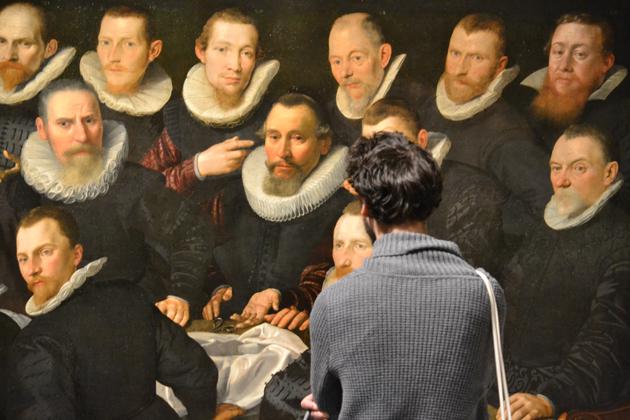 Nagyon divatos volt a tablóképek, amelyek egyleteket, társaságokat örökítettek meg olyan pontosan, hogy a szereplők neve is szerepelt a képeken. Ez az előzménye Rembrandt Éjszakai őrjárat című képének is. Rembrandt a hagyományokra fütyülve egészen más képet festett, mint a megrendelő várt és botrány is lett belőle, hiszen csak pár szereplő ismerhető fel a festményen. Az Éjszakai őrjárat nincs a Szépművészetiben de itt megnézheted.